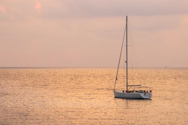 Weißes segelboot des touristen mit sonnenunterganghimmel auf dem thailändischen bereich ao see um haad bangbao. Premium Fotos