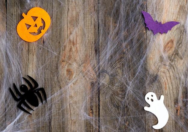 Weißes spinnennetz und geschnitztes filzdekor in kürbisform Premium Fotos