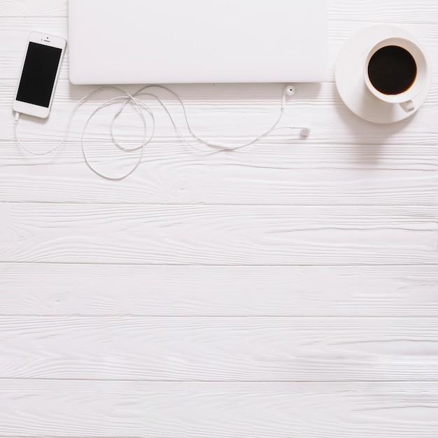 Weißes stilleben mit gadgets Kostenlose Fotos