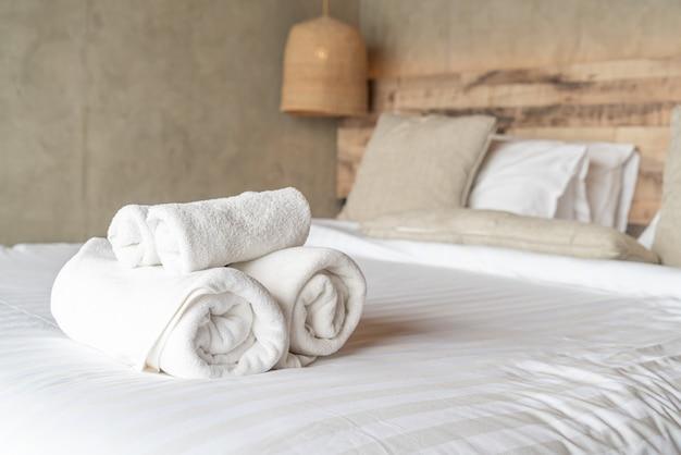 Weißes tuch auf bettdekoration im schlafzimmer Premium Fotos