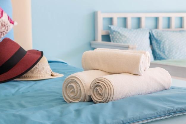 Weißes tuch im hotelzimmer, zimmerservice, thailand. Premium Fotos