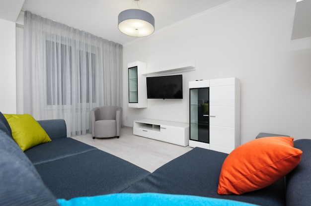 Weißes wohnzimmer mit fernseher und sofa Premium Fotos