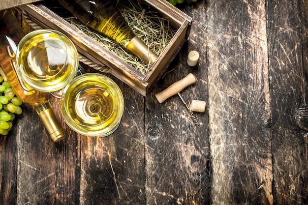 Weißwein in gläsern auf holztisch. Premium Fotos