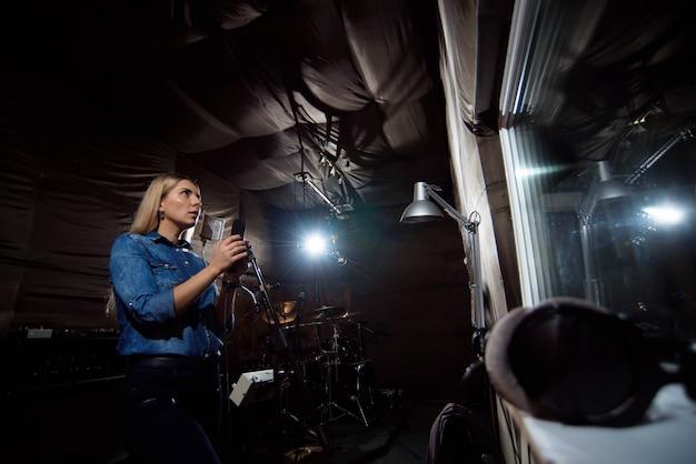 Weiterspielen. wunderschöner schöner weiblicher singender vokalkünstler Premium Fotos