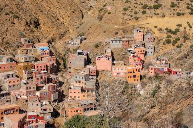 Weitwinkelansicht mehrerer gebäude am berg Kostenlose Fotos