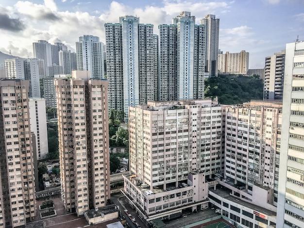 Weitwinkelaufnahme mehrerer gebäude von hongkong, die tagsüber nebeneinander gebaut wurden Kostenlose Fotos