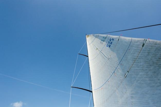 Weitwinkelfoto von zwei segeln voller starkem wind Kostenlose Fotos