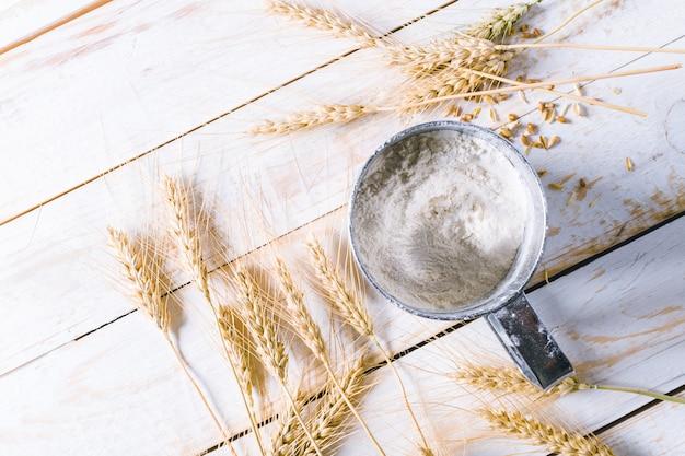 Weizen auf dem hölzernen hintergrund Premium Fotos