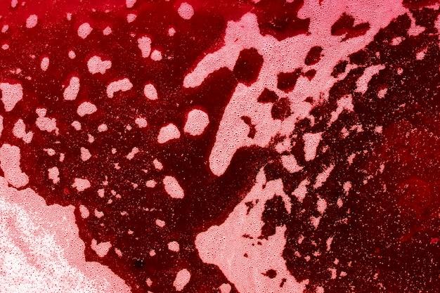 Wellen von blasen auf rot gefärbter flüssigkeit Kostenlose Fotos