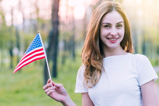 Wellenartig bewegende andenkenflagge der jungen frau von usa Kostenlose Fotos