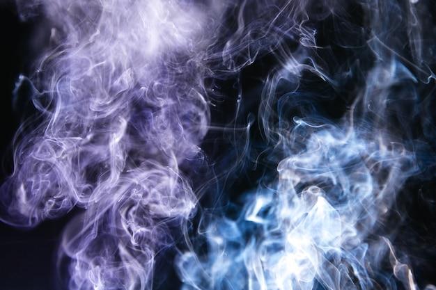 Wellenförmiger rauch auf schwarzem hintergrund Kostenlose Fotos