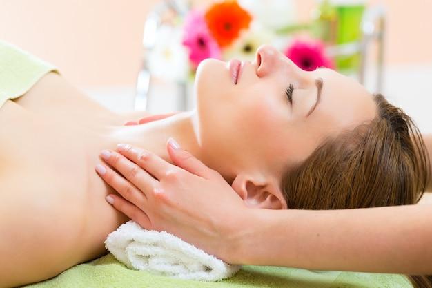 Wellness - frau, die kopfmassage im badekurort erhält Premium Fotos