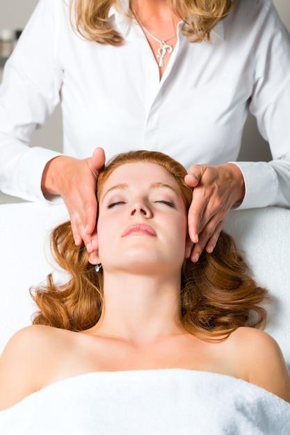 Wellness, frau, die kopfmassage im badekurort erhält Premium Fotos