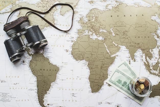 Weltkarte hintergrund mit geld und fernglas Kostenlose Fotos