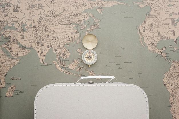 Weltkarte Hintergrund mit Koffer und Kompass Kostenlose Fotos
