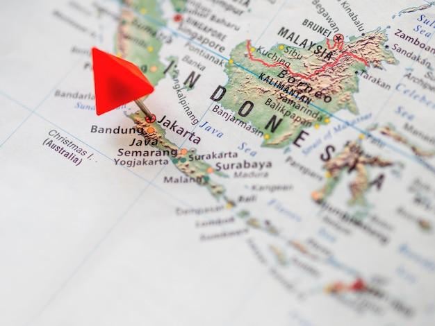 Weltkarte mit fokus auf die republik indonesien. roter dreieckstift von der hauptstadt jakarta. Premium Fotos
