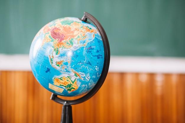 Weltkugel im klassenzimmer auf unscharfem hintergrund Kostenlose Fotos