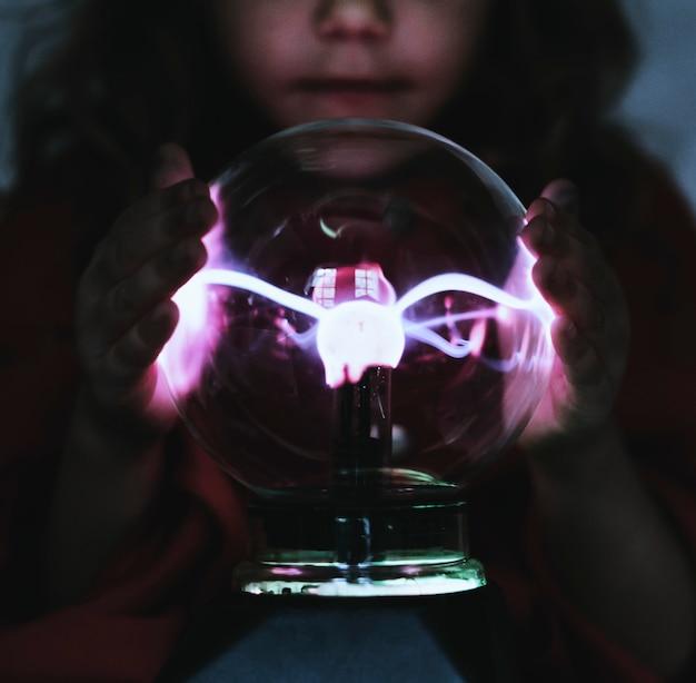 Wenig wahrsagerin mit einer plasmakugel Premium Fotos