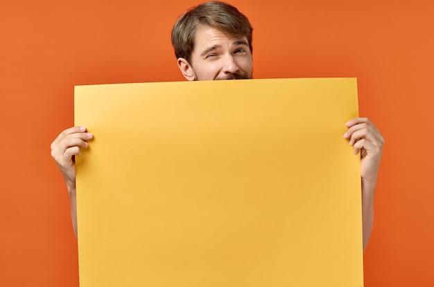 Werbeschild poster modell mann in der orange Premium Fotos