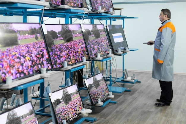 Werkstatt für die montage von fernsehgeräten Premium Fotos