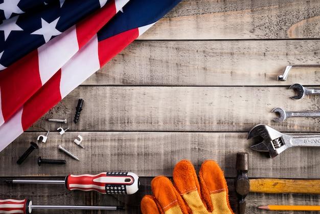 Werktag, flagge usa amerika mit vielen handlichen werkzeugen auf hölzernem hintergrund Premium Fotos