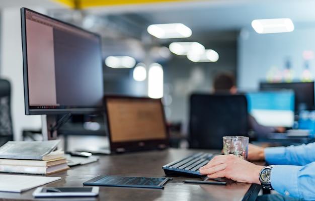 Werkzeug eines professionellen entwickler-programmierers, der an einem software-website-design und einer codierungstechnologie arbeitet. schreiben von codes und datenbanken im firmenbüro Premium Fotos