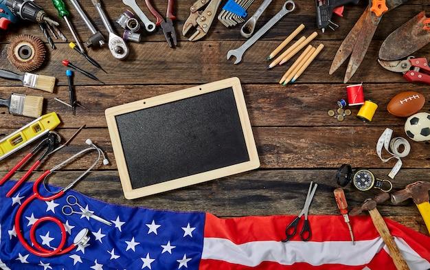 Werkzeug-gruppen-unterschiedlicher job on rustic wooden table Premium Fotos