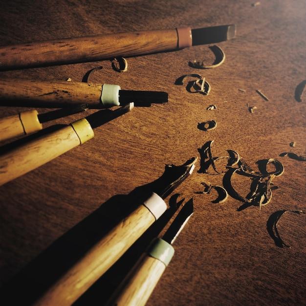 Werkzeug schnitzen hölzernes hölzernes zimmerei-meißel-holzkonzept Kostenlose Fotos