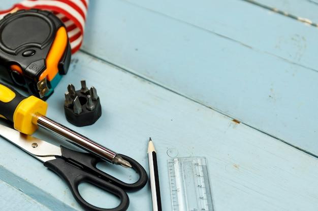 Werkzeuge der amerikanischen flagge und des baus auf blauem hölzernem Premium Fotos