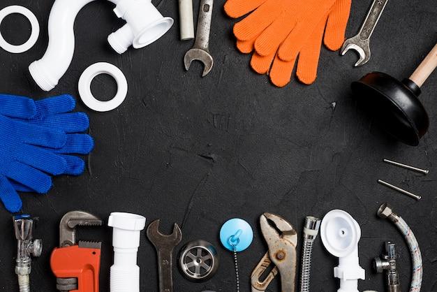 Werkzeuge und ausrüstung für das plombieren auf dem tisch Kostenlose Fotos