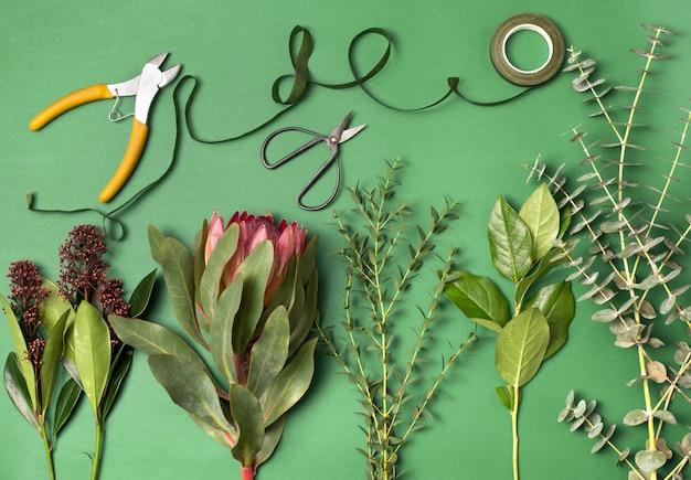 Werkzeuge und zubehör, die floristen benötigen, um einen blumenstrauß zusammenzustellen Kostenlose Fotos