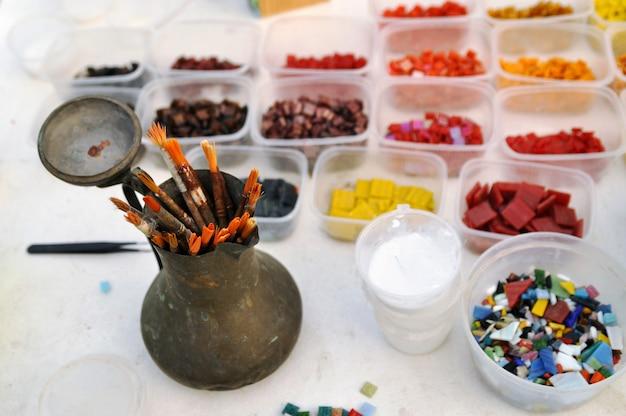 Werkzeuge zur besetzung eines farbglasmosaiks Premium Fotos