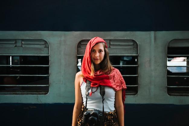 Westlicher weiblicher reisender, der an einem bahnhof in varanasi steht Kostenlose Fotos