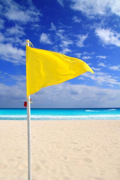 Wetter-windratschläge der gelben flagge des strandes Premium Fotos