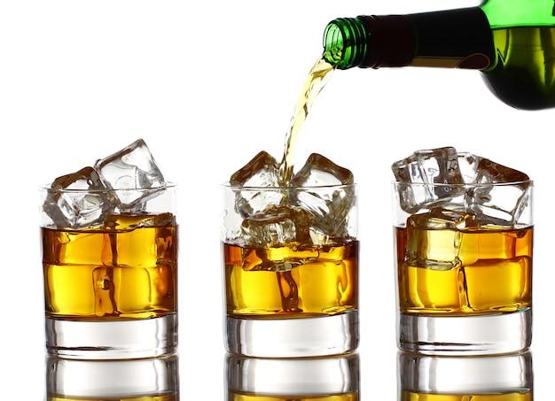 Whiskey ins glas gießen Kostenlose Fotos