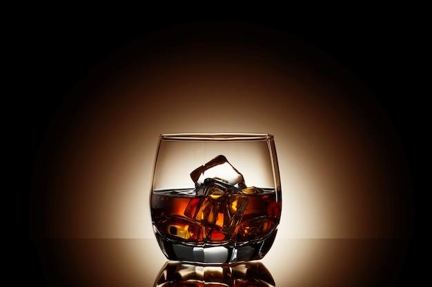 Whisky auf schwarzem hintergrund Premium Fotos