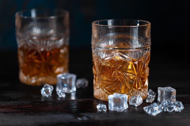 Whisky im glas mit eis Premium Fotos