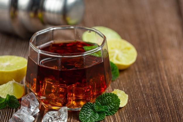 Whisky, whisky mit cola und limette trinkfertig. Kostenlose Fotos
