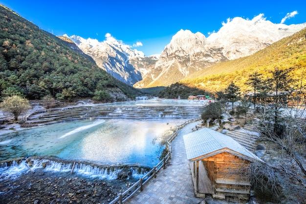 White water river (blue moon valley) ist sauber, rein und heilig für die lokalen naxi. Premium Fotos