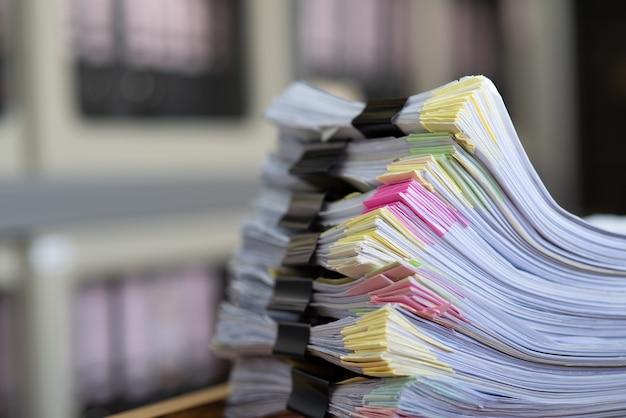 Wichtige dokumente auf einem schreibtisch im büro. Premium Fotos
