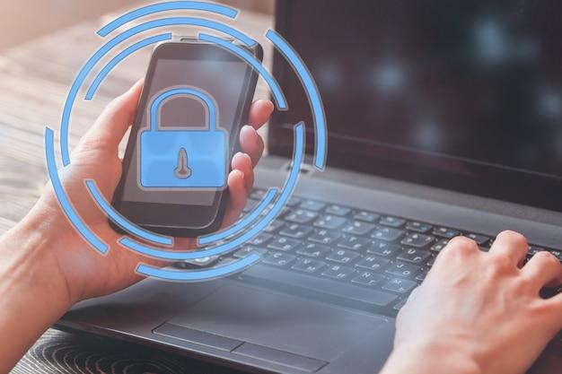Wichtige informationen des datenschutzes und der sicherheit in ihrem handy, frauenhand unter verwendung des smartphone. Premium Fotos