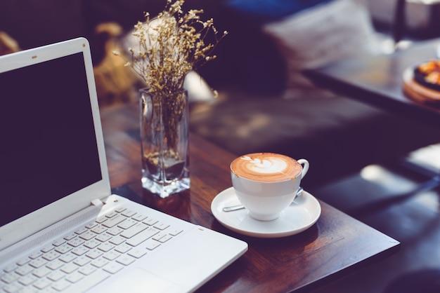 Wie man kaffee latte kunst macht | Premium-Foto