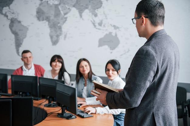 Wie sind deine deals? gruppe von personen an der geschäftskonferenz im modernen klassenzimmer tagsüber Kostenlose Fotos