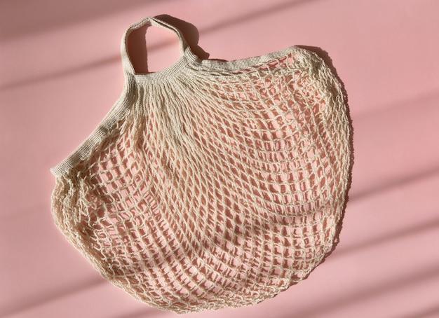Wiederverwendbare einkaufstaschen auf rosa hintergrund Premium Fotos