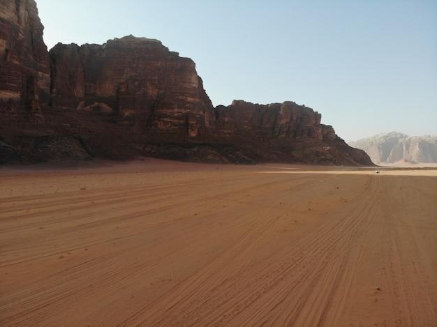 Wilder roter wüste wadi rum, arabisches jordanien. sanddünen und berge. perfekte aussicht Premium Fotos