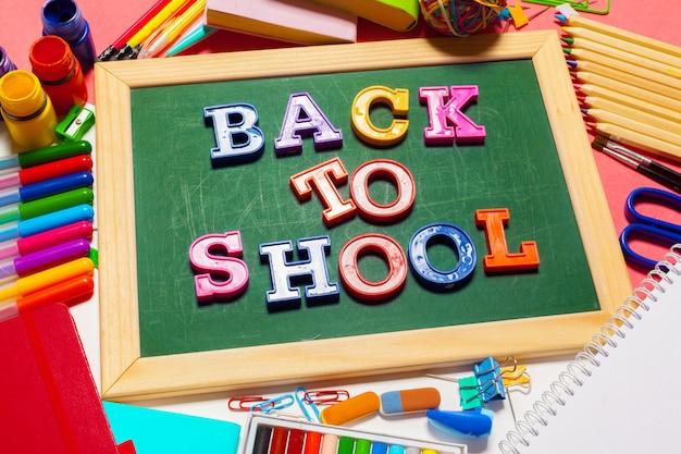 Willkommen zurück in der schule banner; schulmaterial Premium Fotos