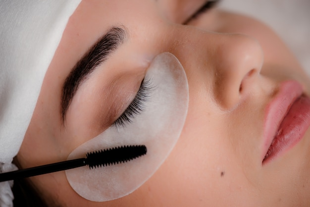 Wimpernpflege für ein mädchen Premium Fotos