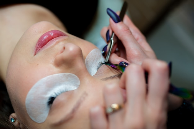 Wimpernverlängerung im beauty studio. Premium Fotos