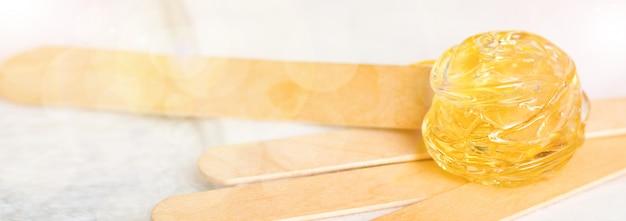 Wimpernverlängerung. werkzeuge zur wimpernverlängerung. kleber, pinzette. Premium Fotos