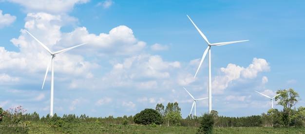 Windkraftanlagebauernhof mit blauem himmel und wolken. alternative energiequelle. Premium Fotos